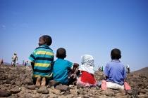 الحياة حلوة برغم الأرض الصخرية القاسية.. على الأقل في نظر هؤلاء الأطفال، فهم لم يروا غيرها - قرية عمر جاگعة