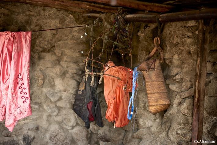منزل من الحجارة كالفرن من الداخل وبقية ملابس بالية، هذا كل ما لديهم - قرية لاك عسل