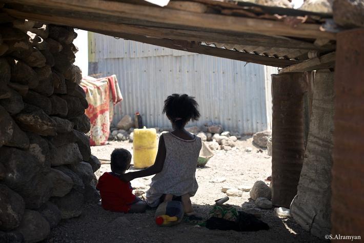 دائما يُترك الأطفال الكبار مع الأطفال الصغار حين يذهب الكبار للسعي في الأرض - قرية لاك عسل