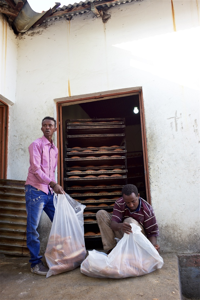 الأهالي يقومون بالشراء مباشرة من المخبز