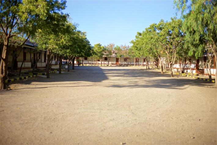 ساحة المدرسة وتحيط بها فصول الطلبة من كل جانب